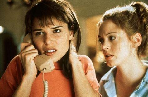 "Neve Campbell y Rose McGowan en ""Scream"""