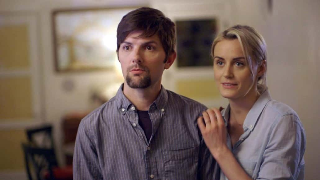 Adam Scott y Taylor Schilling en 'The Overnight'.