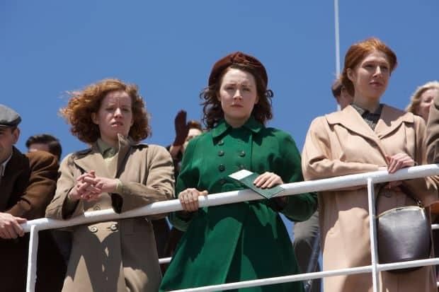 Eilis (Saoirse Ronan) le dice adiós a su hogar en Irlanda para ir a Brooklyn, Nueva York. © 2015 - Fox Searchlight Pictures