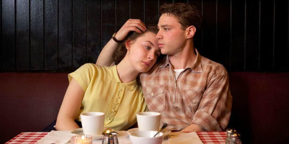 Eilis (Saoirse Ronan) y Tony (Emory Cohen) en la cinta 'Brooklyn'. © 2015 - Fox Searchlight Pictures