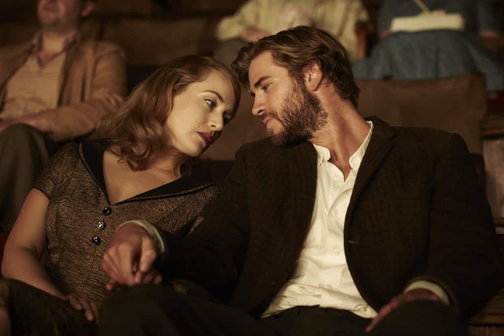 Kate Winslet y Liam Hemsworth en 'The Dressmaker' (2015).