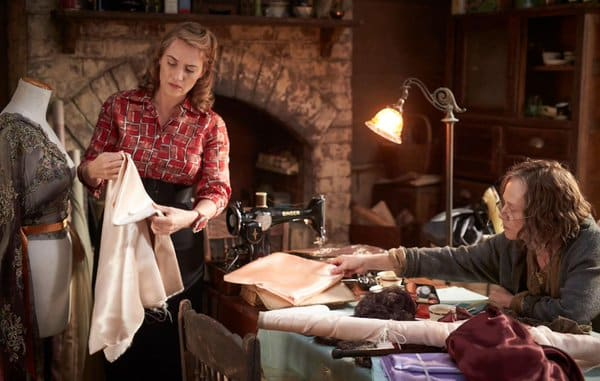 Kate Winslet y Judy Davis en 'The Dressmaker' (2015).