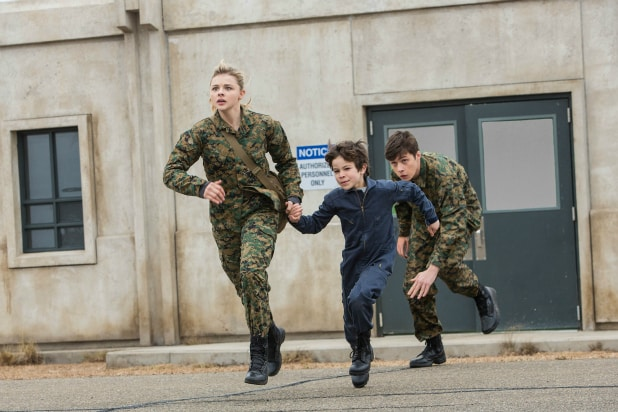 Chloë Grace Moretz, Zackary Arthur y Nick Robinson en 'La Quinta Ola' (The 5th Wave). Photo by Sony Pictures.