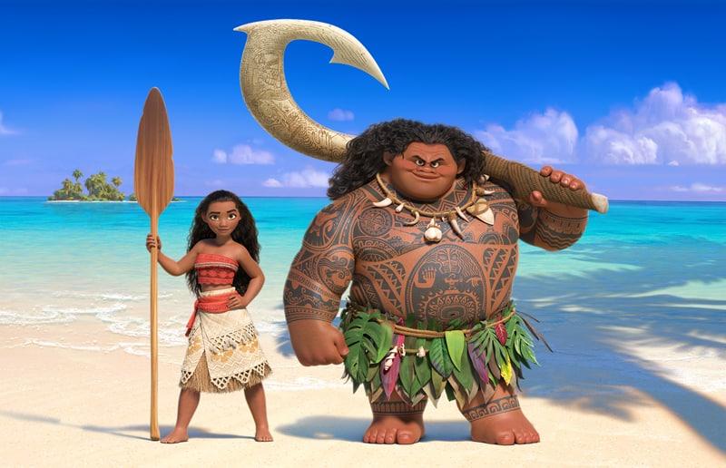 Imagen promocional de Moana, la nueva cinta de Disney, la cual nos presenta su nuevo teaser trailer En Moana seguimos a nuestro personaje principal, Moana Waialiki, una entusiasta exploradora marina, y la única hija del jefe de una larga línea de navegantes. Cuando su familia necesita su ayuda, Moana se lanzará en una épica aventura. En su viaje conocerá semi dioses y espíritus que la llevarán a través de la mitología de su cultura, Moana conocerá al semi dios Maui, con quien se lanzará a la aventura para para encontrar una isla mísitca. Moana es dirigida por Ron Clements y John Muskers, escrita por Jared Bush y Ron Clements y estelarizada por Auli'i Cravalho, Dwayne Johnson, Alan Tudyk, Phillipa Soo y más actores aun no revelados. Además de que Lin-Manuel Miranda trabaja como co-compositor de Moana.