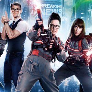 Resulta curioso que Chris Hemsworth como Kevin sea una bocanada de frescura en el filme