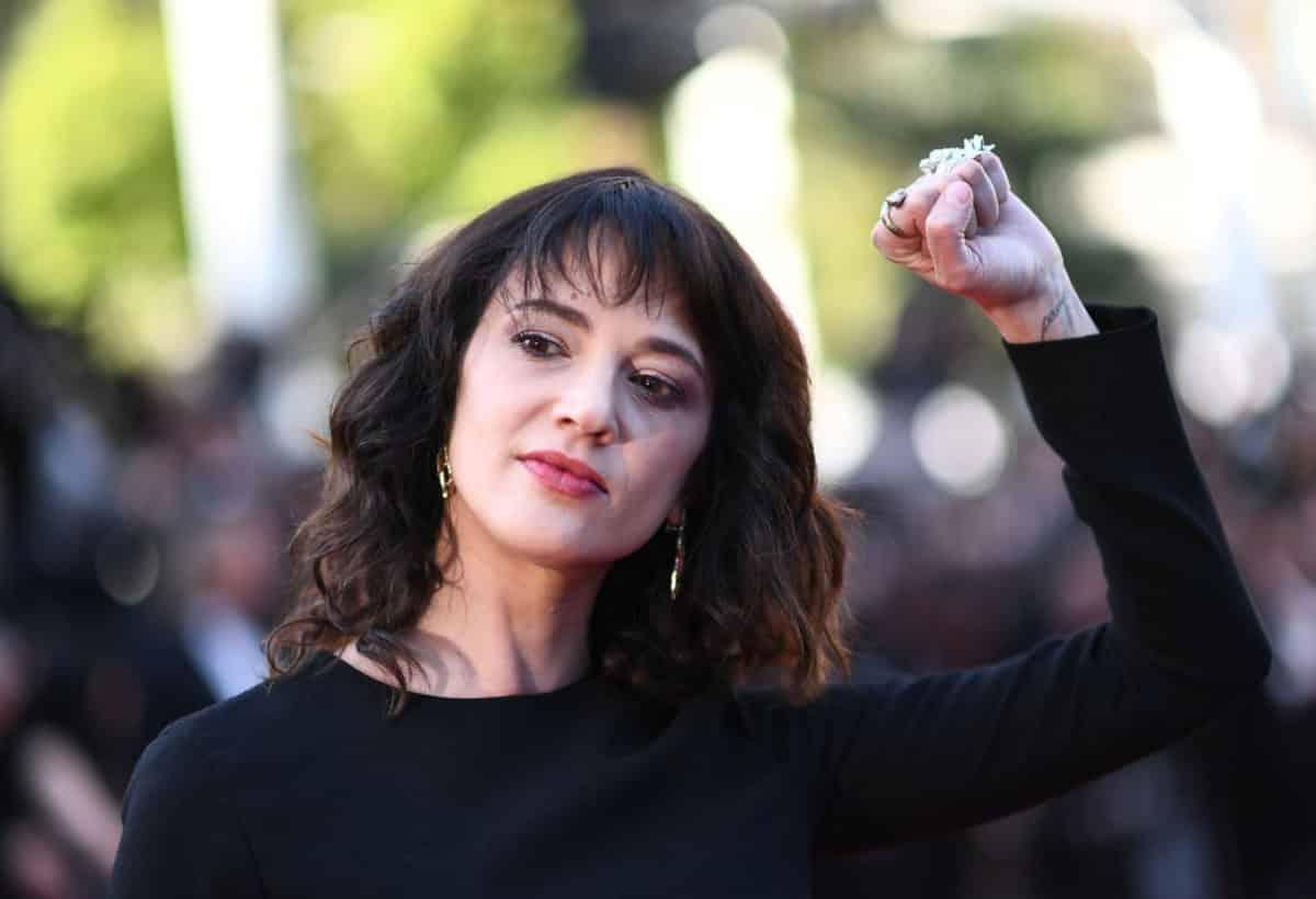 Asia Argento niega acusaciones de abuso sexual en su contra comparte que Anthony Bourdain le sugirió la idea del pago