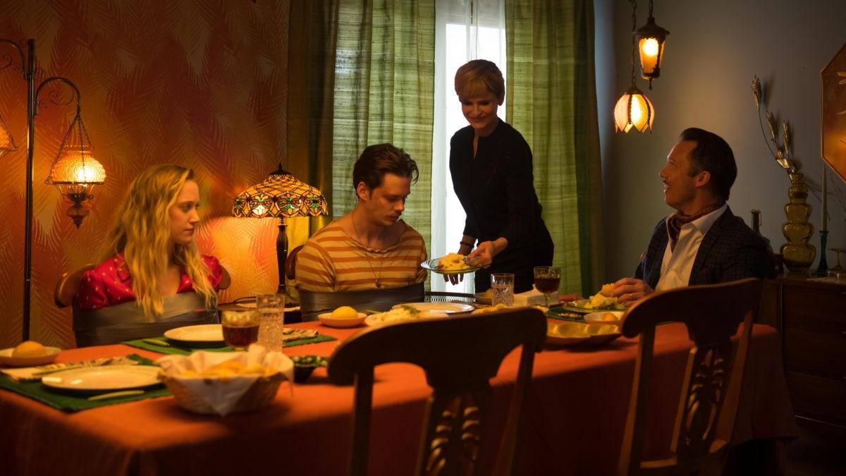 El thriller Villains revela tráiler oficial con Maika Monroe y Bill Skarsgard
