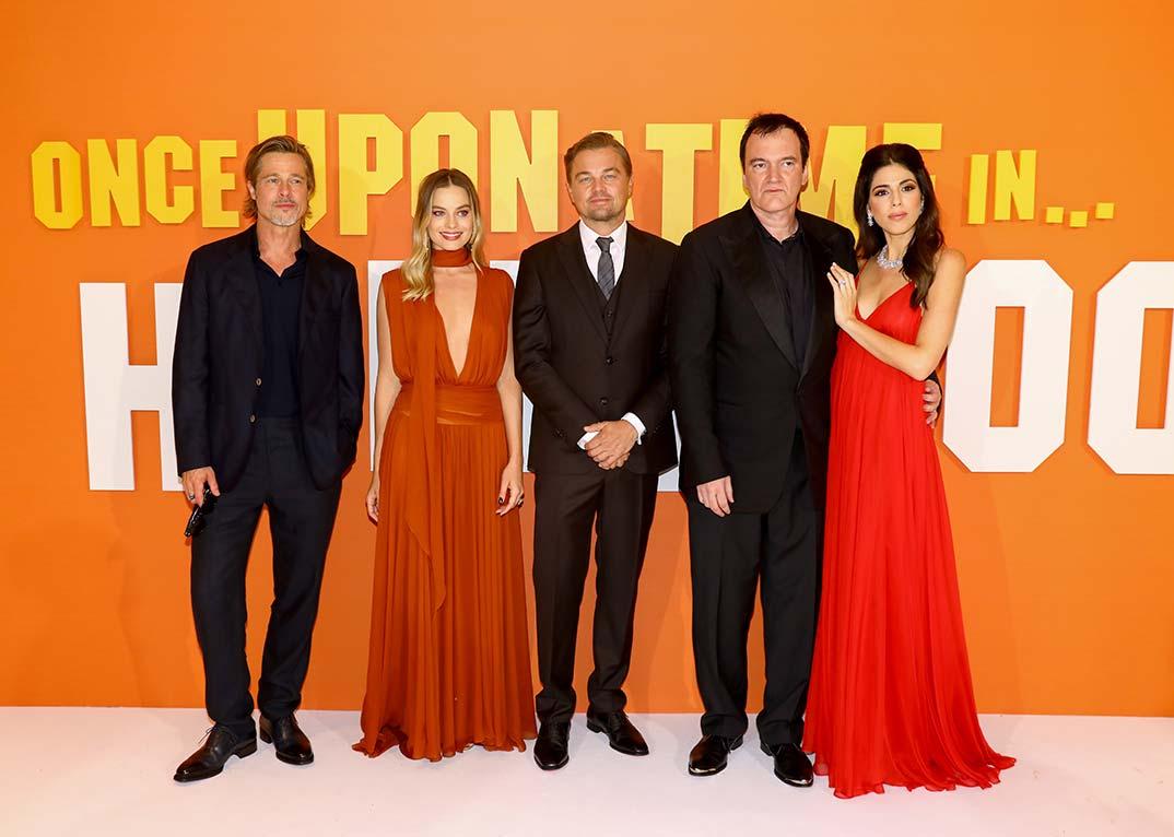 Brad Pitt bromea con los pies de Margot Robbie | Ella responde