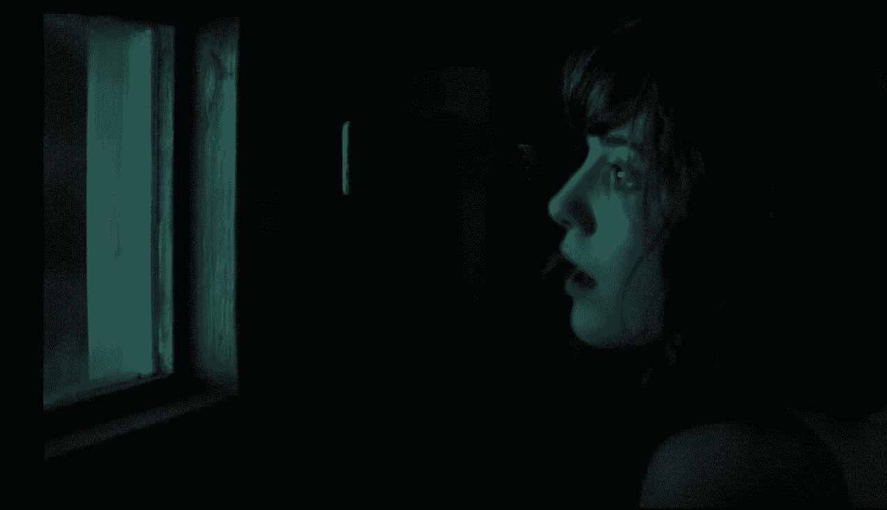 Imagen promocional de 10 Cloverfield Lane, la nueva película secreta de JJ Abrams, una secuela espiritual de Cloverfield (2006). Un fanático de Cloverfield, 10 Cloverfield Lane y Unbreakable Kimmy Schmidt de Netflix se ha encargado en mezclar ambos trailers para darnos un fantástico trailer. 10 Cloverfield Lane es dirigida por Dan Trachtenberg, escrita por Josh Campbell y Matthew Stuecken, además de ser estelarizada por Mary Elizabeth Winstead, John Goodman y John Gallager Jr., además de cualquier otro actor que se una en un futuro.