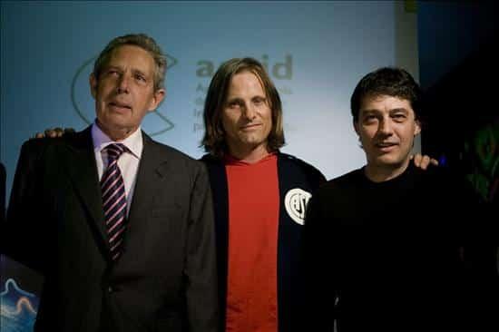 Viggo Mortensen con el embajador de España en Argentina y el compilador del libro