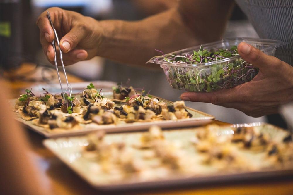 """Imagen promocional de Chef's Table, el show con mejor calificación/aprobación de Netflix. Netflix anunció 3 temporadas más de su show mejor calificado, Chef's Table. La segunda temporada de """"Chef's Table"""", se estrenará el 27 de mayo, será seguida por una de cuatro episodios más adelante en el año dedicado a chefs franceses. Una cuarta temporada destacará a otros seis cocineros y esta verá la luz a principios de 2017."""