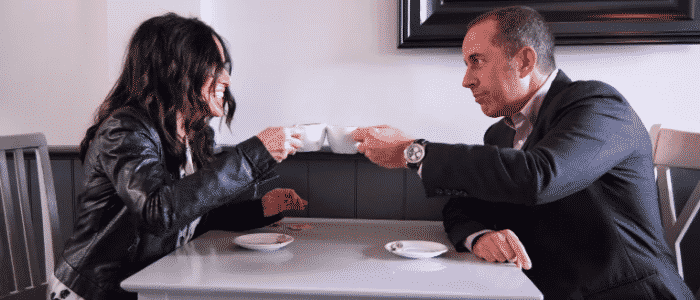 Imagen promocional de Jerry Seinfeld en Comedians in Cars Getting Coffee junto a Julia Louis-Dreyfus conocida por su rol en Seinfled y su show estelar en HBO, Veep. Crackle de Sony ha presentado un nuevo trailer para su show original Comedians in Cars Getting Coffee con Jerry Seinfled para su 6ta temporada. Comedians in Cars Getting Coffee es un show original de Crackle estelarizado por Jerry Seinfled donde este, invita a comediantes a tomar café, pasear en autos y hablar de la vida, comedia y más.