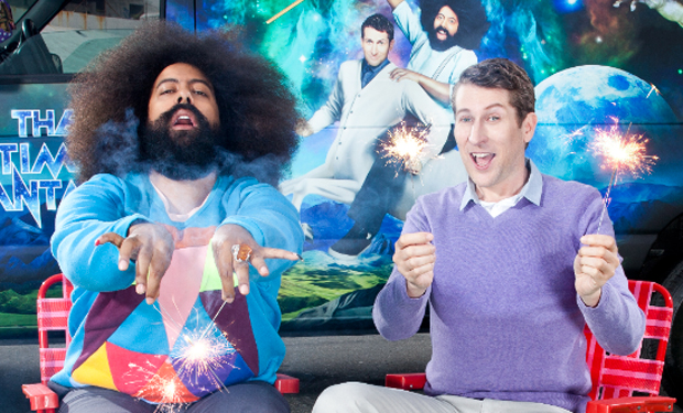 Imagen promocional de Scott Aukerman y Reggie Watts de Comedy Bang! Bang! de IFC. Comedy Bang! Bang! regresará con la segunda parte de su 3ra temporada con grandes invitados. Entre estos: James Adomian, Eric Andre, Dane Cook, Rob Corddry, Andy Daly, Jon Daly, Bobby Moynihan, Horatio Sanz, Kevin Smith, Amber Tamblyn, Steven Yeun, Jeff Ross, Neil Campbell y Withney Cummings.