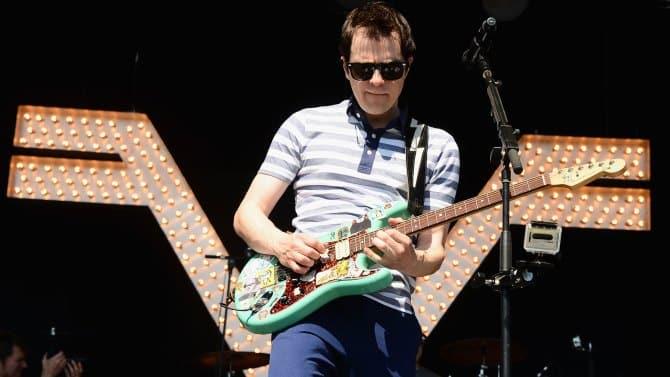 Rivers Cuomo cantante de Weezer en concierto. Rivers Cuomo, cantante principal, líder y creador de Weezer, ha vendido nueva comedia a FOX. DeTour creado por Rivers Cuomo se une a Steve Franks para un nuevo piloto en FOX, aun sin reparto.