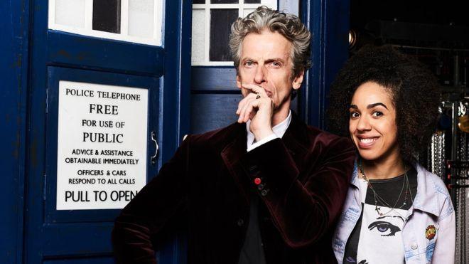 Imagen promocional de Doctor Who en BBC y BBC Entertainment, show actualmente grabando su 10ma Temporada. Después de que Jenna Coleman dejara el rol de Clara en Doctor Who, BBC ha anunciado quien será su remplazo, esta, Pearl Mackie quien interpretará a Bill en la siguiente temporada del show. Doctor Who está basado en la serie original de los 60's, esta en una nueva adaptación, estelarizada por Peter Capaldi y Jenna Coleman, además de que tendrá estrellas invitadas como Rufus Hound, Tom Stourton, Ariyon Bakare, Simon Lipkin, Ian Conningham, Murray McArthur, Barnaby Kay, John Voce y Struan Rodger.