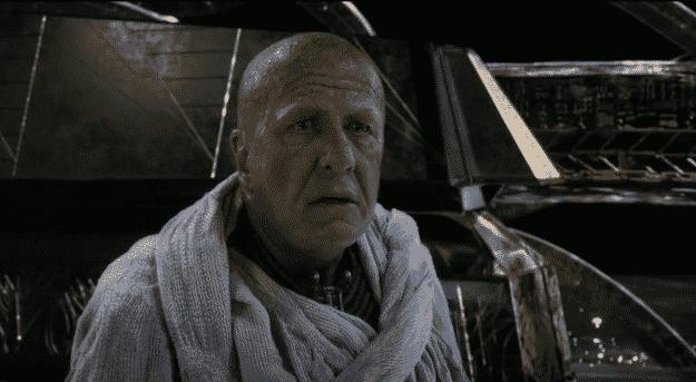 """Cual padre conservador, testaturado y criado en la teoría de Campbell, Ra (Geoffrey Rush) no lamenta mucho la muerte de su hijo Osiris (aún cuando lo mató su hermano) y sólo puede dejar que Set y Horus luchen hasta que """"cada uno encuentre su camino"""" También, él tiene que luchar con muchas gráficas malvadas, de Playstation 2"""