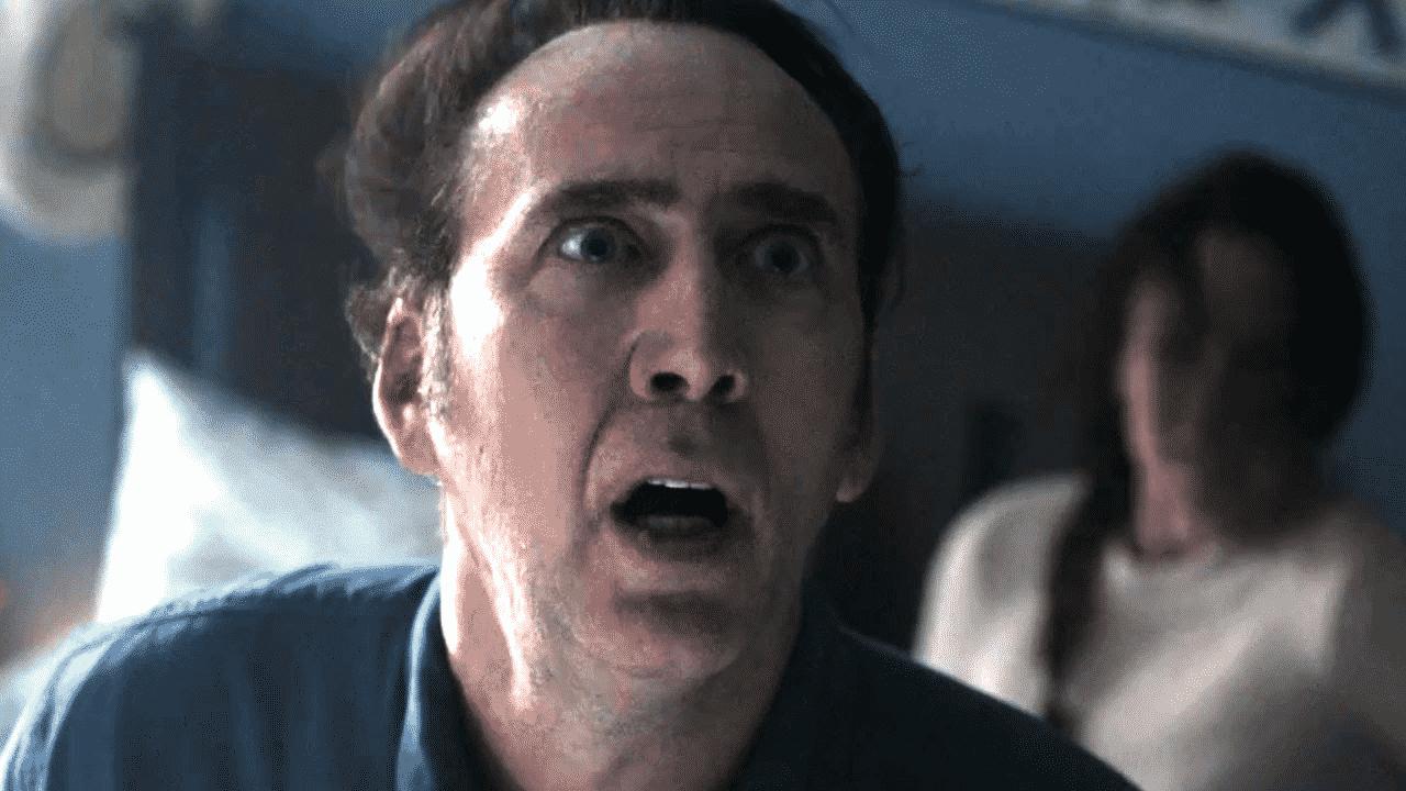 Por un momento, Cage parece estar consciente del desastre cinematográfico que lo rodea