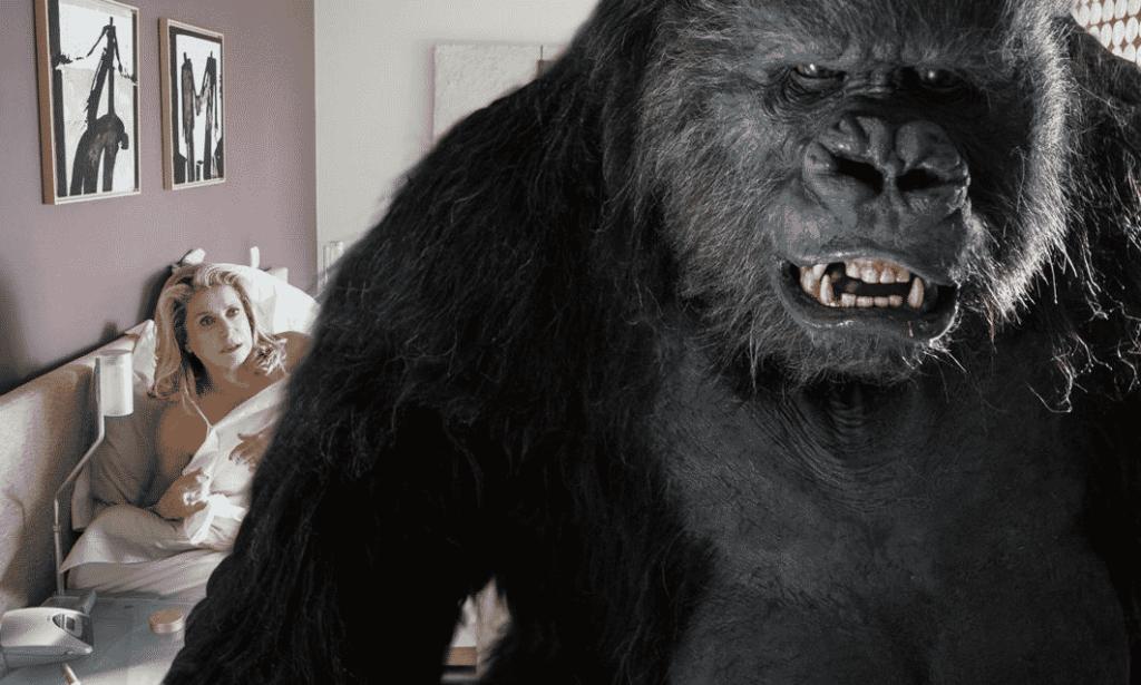 Catherine Deneuve y un Gorila