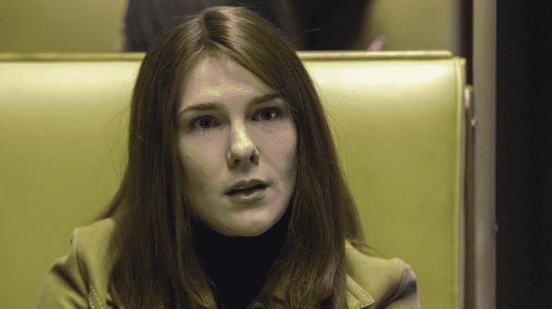 Lily Rabe como Joan, hermana de Fischer