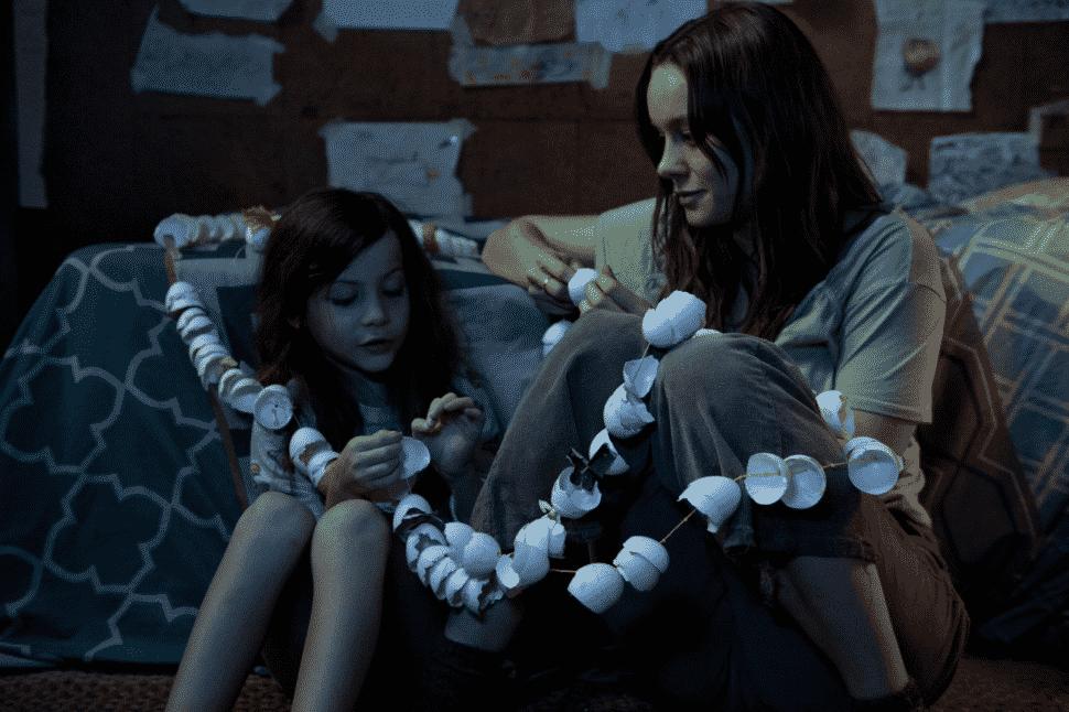Brie Larson y Jacob Tremblay como Ma y Jack en La Habitación