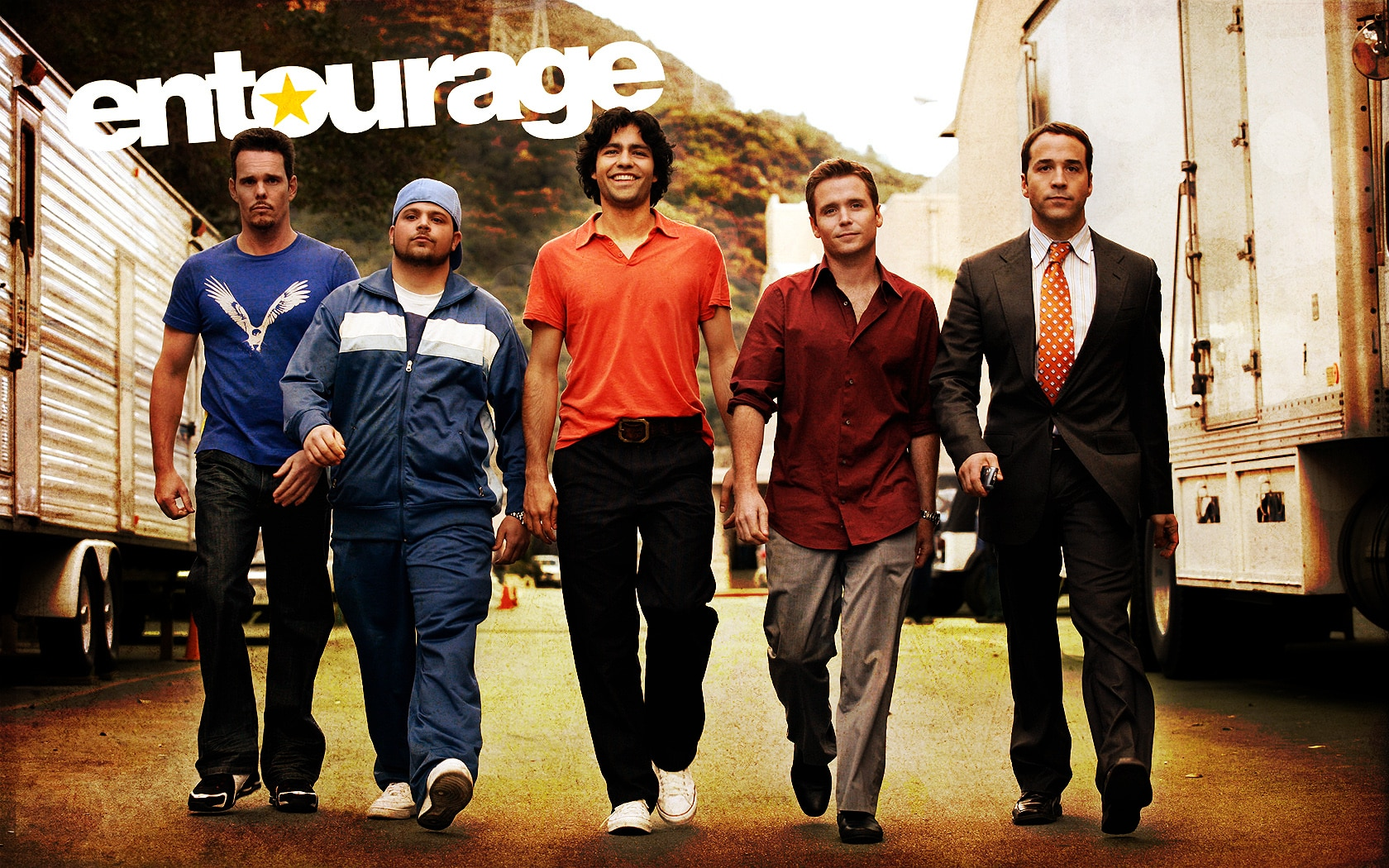 Imagen promocional de  Entourage, cinta que llegará a HBO Now, plataforma de Video on Demand de HBO, con contenido original y exclusivo de la compañía. Como cada mes, HBO Now y HBO han revelado todos los shows y cintas que llegarán este mes, esta ocasión en Enero de 2016 exclusivamente a su plataforma de Video on Demand. Entre lo destacado que llegará este mes a la plataforma de HBO Now están grandes películas como: Mad Max: Fury Road, The Muppet Christmas Carol, The Second Best Exotic Marigold Hotel, Tropic Thunder, Whitney Cummings: I'm Your Girlfriend, Borat: Cultural Learnings of America for Make Benefit Glorious Nation of Kazakhstan, Carrie, Entourage y Final Destination 3.