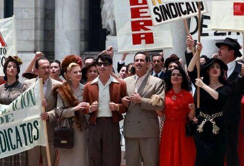 En clara alusión a la vida sindical de Mario Moreno. Oscar Jaenada al centro