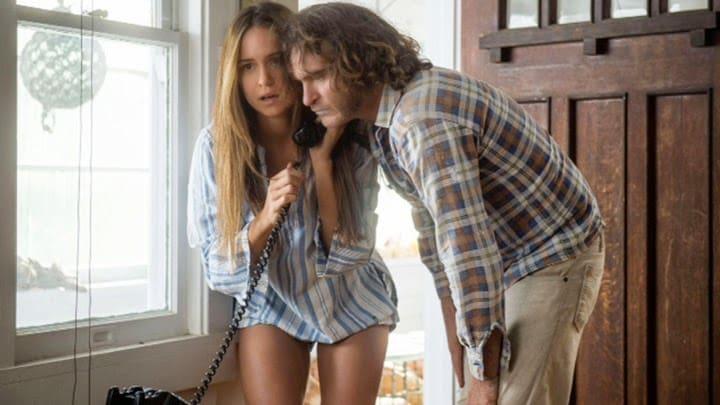 Katherine Waterston y Joaquin Phoenix en 'Inherent Vice'.