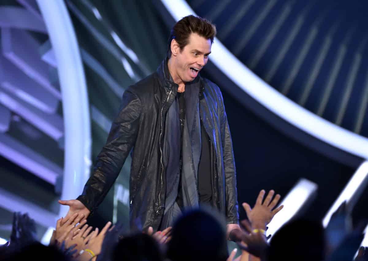Imagen promocional de Jim Carrey en los MTV Video Music Awards 2014. Jim Carrey regresará como host de SNL, en su temporada 40 para promocionar Dumb and Dumber 2 el próximo 25 de Octubre. SNL ha anunciado a sus nuevos hosts para la temporada 40 del show, entre estos Jim Carrey y Chris Rock.