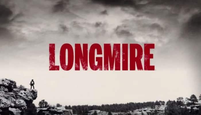 Imagen promocional de Longmire, show de A&E y renovado por Netflix para una nueva temporada. Netflix anunció hace algunas semanas que Longmire sería renovado para una nueva y 5ta temporada exclusivamente en la plataforma de Video on Demand. Walt Longmire es un carismático, dedicado y confiable sheriff de Absaroka County. Viudo desde hace 1 año, Longmire es un hombre reparando su mente que entierra su dolor atrás y lo ayuda a enfrentarce al futuro. Sufriendo desde la muerte de su esposa y la insistencia de su hija, Cady, Longmire sabe que el tiempo ha llegado para darle vuelta a su vida. Con la ayuda de Vic, una comisaria nueva en el departamento, se revitaliza sobre su trabajo y comprometido para ir por la re-elección. Longmire es creado por Hunt Baldwin y John Coveny y estelarizado por Robert Taylor, Katee Sackhoff, Lou Diamond Phillips, Cassidy Freeman y Adam Bartley.
