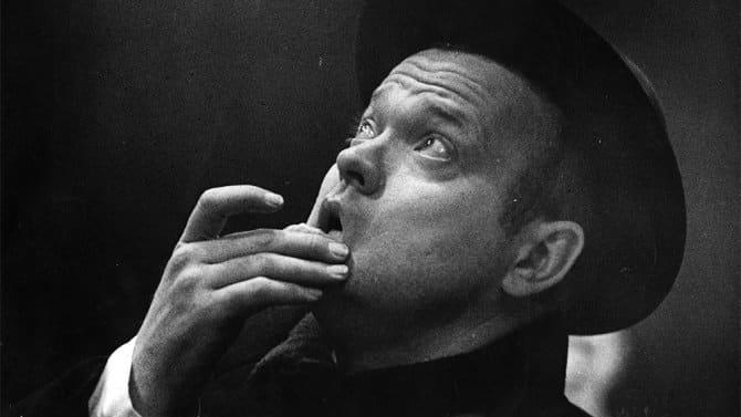 Imagen de Orson Welles director de The Other Side of the Wind. The Other Side of the Wind cinta de Orson Welles llegará en 2015 para conmemorar sus 100 años de nacimiento. The Other Side of the Wind es escrita y dirigida por Orson Welles, y estelarizada por John Huston, Susan Strasberg, Lilli Palmer, Dennis Hopper, Peter Bogdanovich, Oja Kodar, Joseph McBride, Lilli Palmer, Edmond O'Brien y Mercedes McCambridge