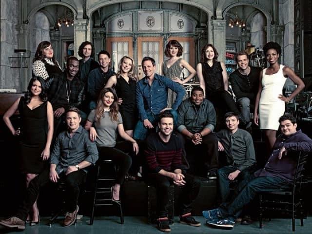 Imagen promocional del reparto de SNL, para su temporada 39. Se ha anunciado a los primeros 3 hosts del show para iniciar su temporada 40 en NBC. Saturday Night Live llega a su temporada 40, donde tendrá especiales, grandes invitados y muchos cambios. SNL es un show original de NBC.