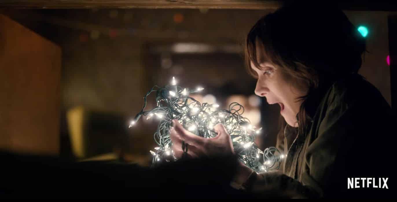 Imagen promocional de Stranger Things, el nuevo show sobrenatural de Netflix estelarizado por Winona Ryder. Stranger Things es Una carta de amor a los clásicos de los 80's, Stranger Things es la historia de un chico quien desaparece en pleno día. Mientras que sus amigos, familia y policía local buscan respuestas, son llevados hasta un extraordinario misterio que envuelve experimentos gubernamentales, fuerzas supernaturales aterradoras y una chica muy extraña. Stranger Things es creado y escrito por Matt Duffer y Ross Duffer (Wayward Pines), y estelarizado por Winona Ryder, David Harbour, Finn Wolfhard, Millie Bobby Brown y Gaten Matarazzo.