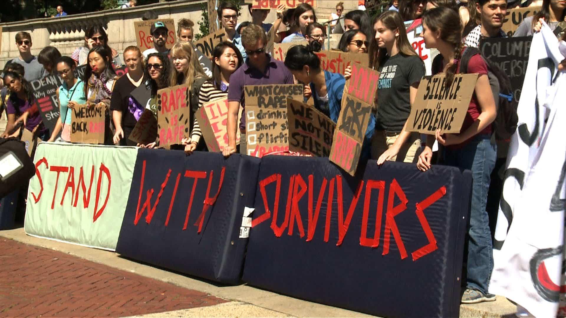 Estudiantes se manifiestan en apoyo a las sobrevivientes de abuso sexual en campus universitarios en Estados Unidos.