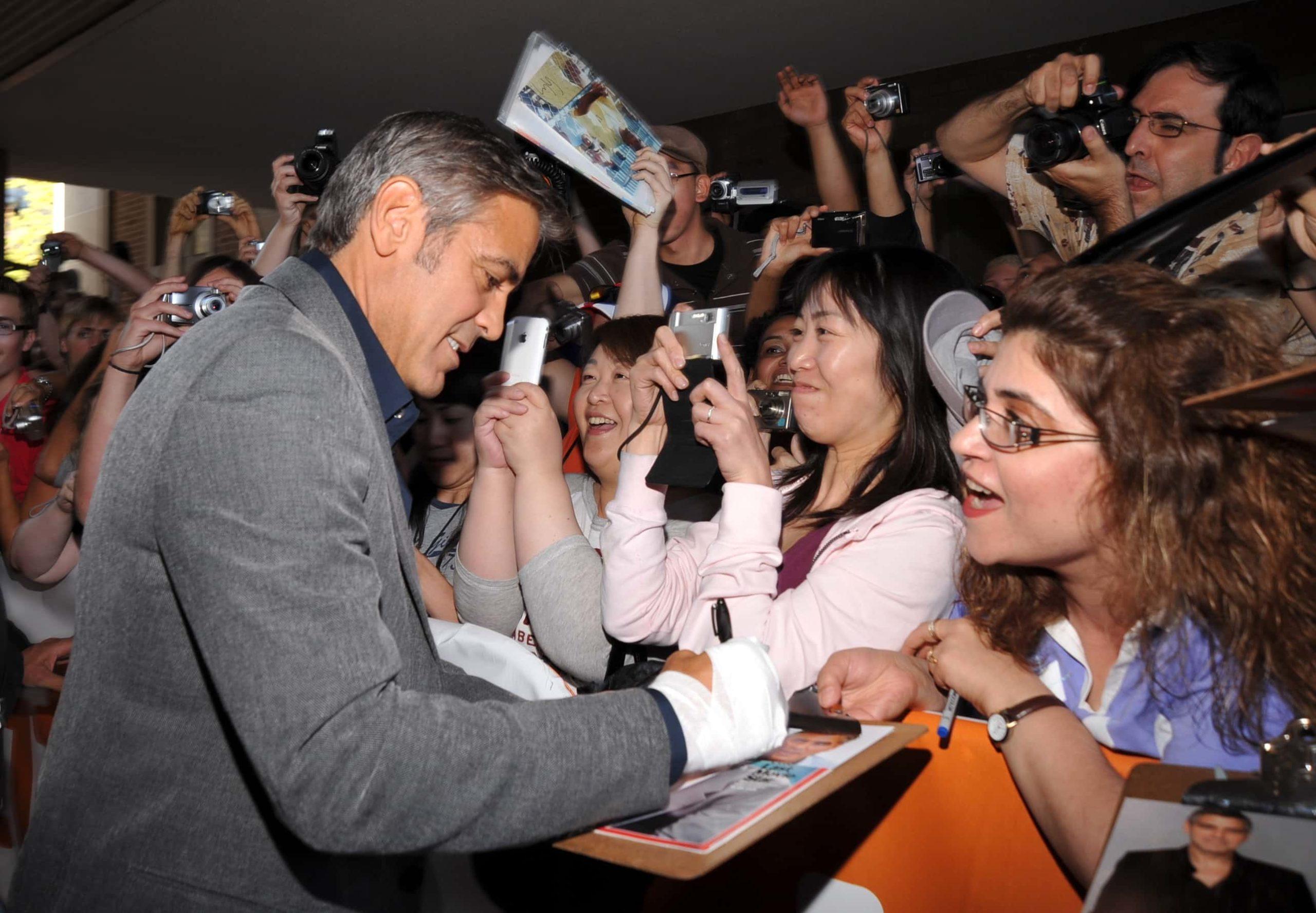 George Clooney conviviendo con los fans