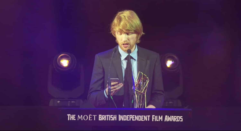El actor irlandés Domnhall Gleeson durante la ceremonia de los BIFA 2015, aceptando el Premio en nombre de su papá, el también actor Brendan Gleeson.
