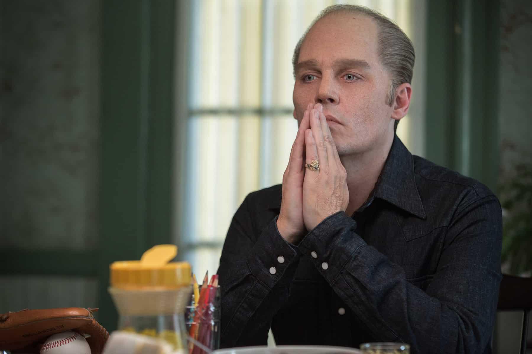 Johnny Depp encarna al temible gángster James 'Whitey' Bulger en 'Pacto Criminal'.