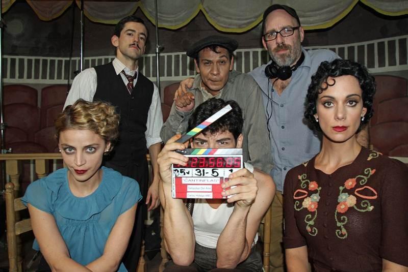 """Parte del elenco de """"Cantinflas"""". Oscar Jaenada al centro"""