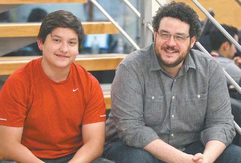 Carlos con Guido Guetta, protagonista de IMPLACABLE. Foto de Milenio