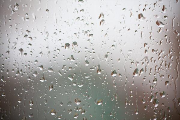 Una ventana lluviosa.