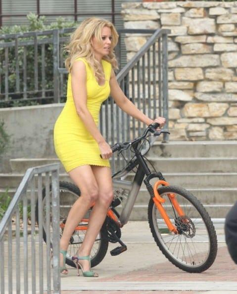 Elizabeth-Banks---On-the-set-of-Walk-of-Shame-in-Yellow-Dress-06-560x695
