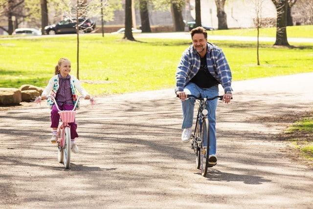 Kylie Rogers y Russell Crowe en una escena de 'Lo Mejor de Mi Vida'.