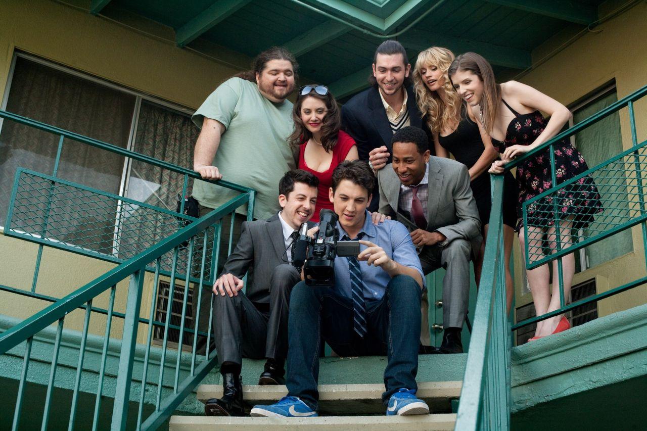 El elenco de la recién estrenada comedia 'Get a Job' (2016). Photo by Chuck Zlotnick - © 2012 CBS Films, Inc. All rights reserved.