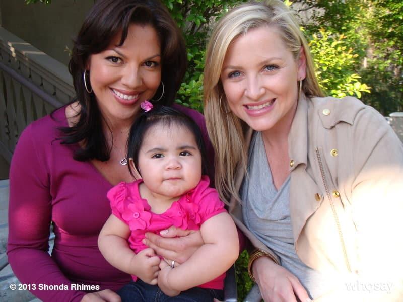 Sara Ramírez da vida a la Dra. Callie Torres, mientras Jessica Capshaw a la Dra. Arizona Robbins.