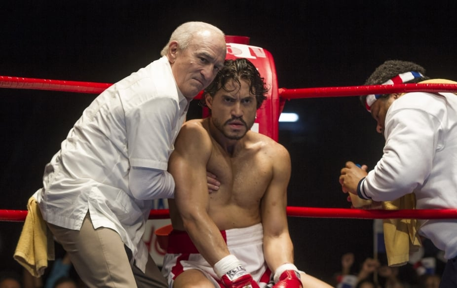 Robert De Niro y Edgar Ramírez en Hands of Stone.