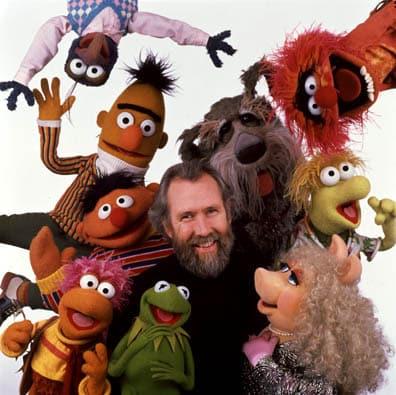 Jim Henson con algunas de sus creaciones