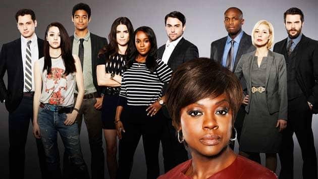 Annalise Keating, interpretada por Viola Davis, se rodea de un ensamble aparentemente diverso en How To Get Away With Murder