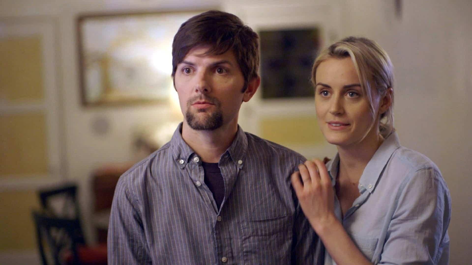 Adam Scott y Taylor Schilling en 'The Overnight'.
