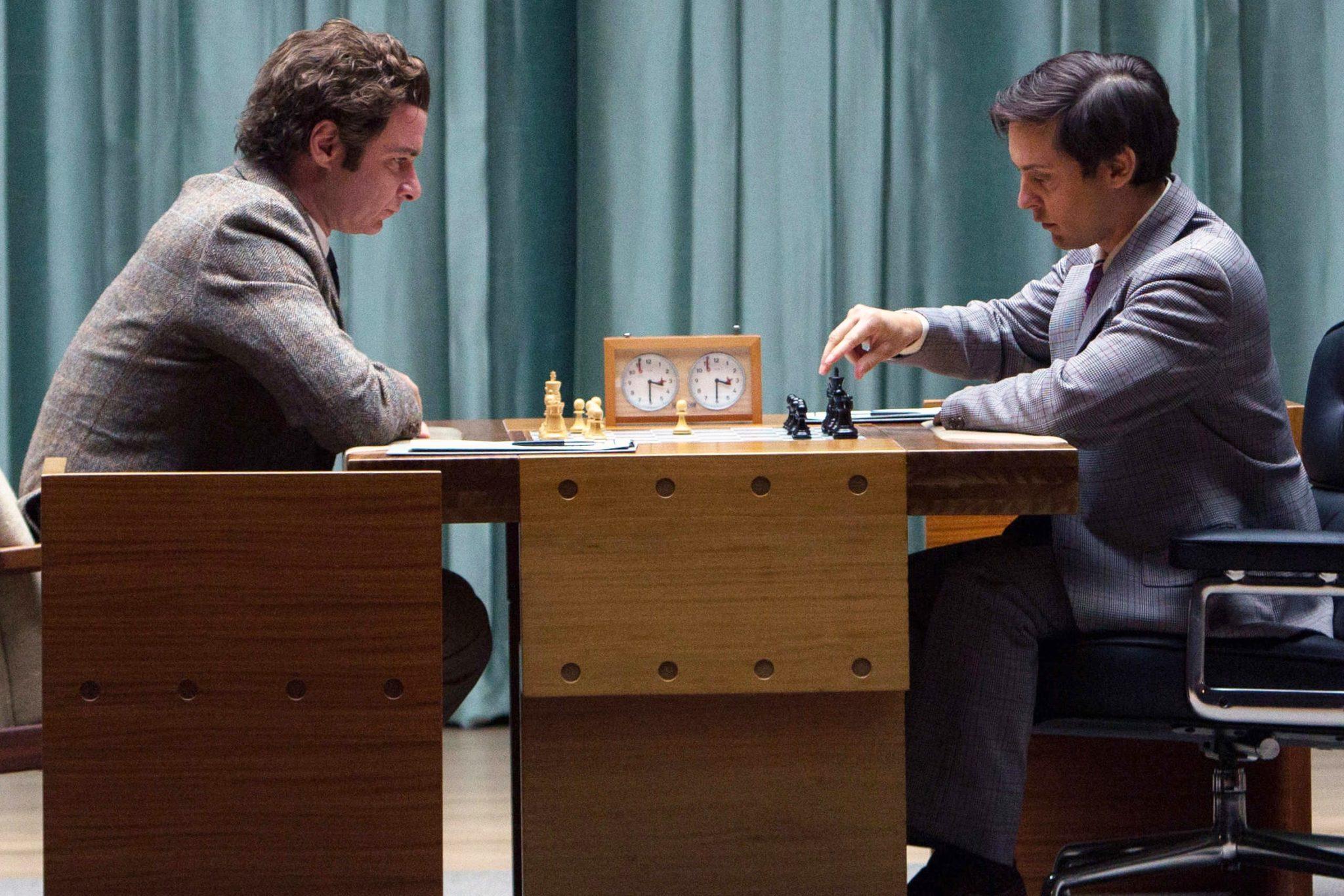 Liev Schreiber es Boris Spassky y Tobey Maguire como Bobby Fischer, en el filme 'La Jugada Maestra' (Pawn Sacrifice). En cines 26 de febrero.