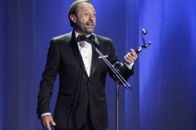 Guillermo Francella acepta el premio como Mejor Actor por la película El Clan.