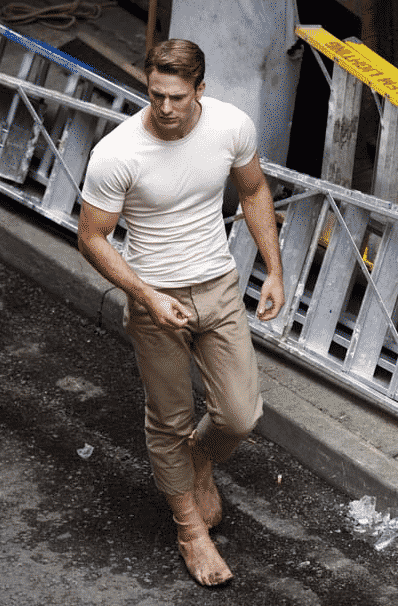 Chris Evans como el Captain America (Notar los pies falsos)